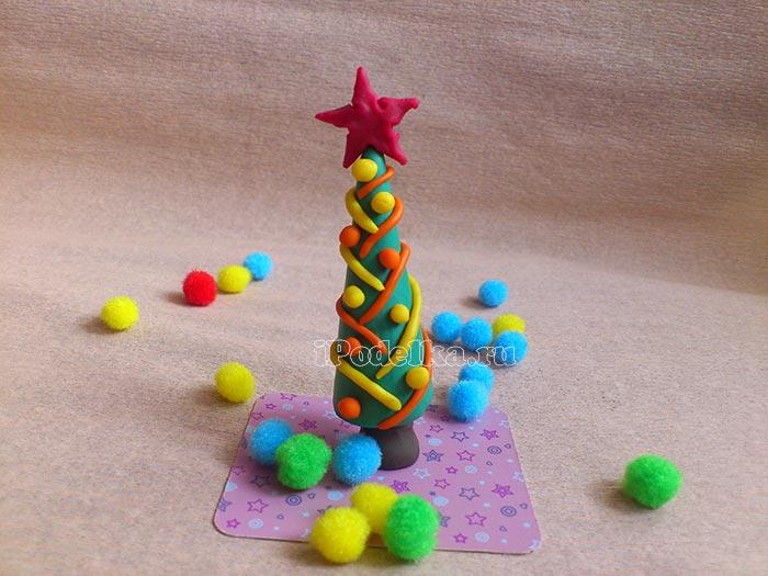 Новогодняя елочка из пластилина с серпантином