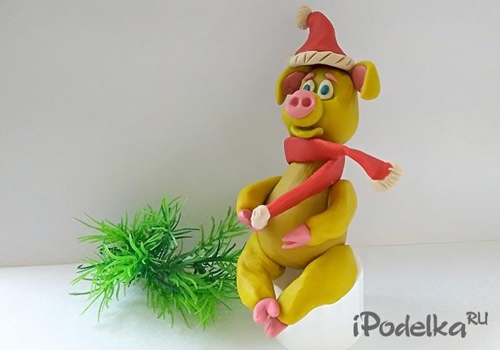 Новогодняя желтая свинка из пластилина