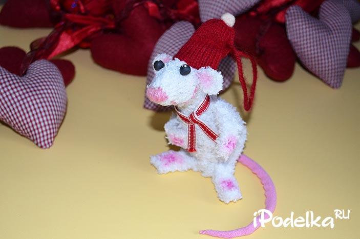 Крыса из шишек и подручных материалов