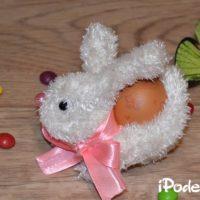 Подставка под яйцо из перчатки «Пасхальный кролик»