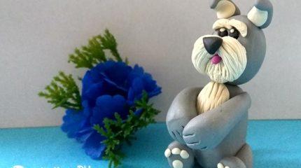 Серый пёс из пластилина