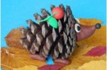 Ёжик из сосновой шишки — осенняя поделка для маленьких